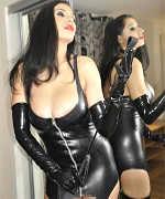 Ein Bi-Sklave wird von einer Frau benutzt